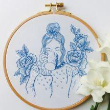 Kit per ricamo a tamburo - Tamar Nahir Yanai - Donna blu con fiori